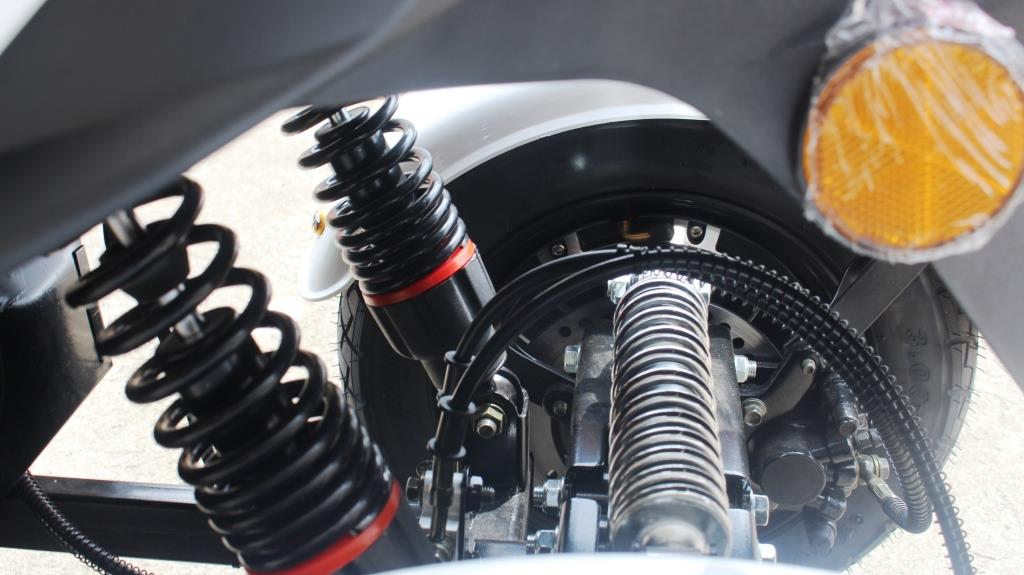 JUMA มอเตอร์ไซค์ไฟฟ้า สามล้อ 1,000 วัตต์ ขับเคลื่อนล้อหลังทั้งสองล้อ 55 กม./ชม. 50 กม./ชาร์จ ยึดเกาะถนนดี
